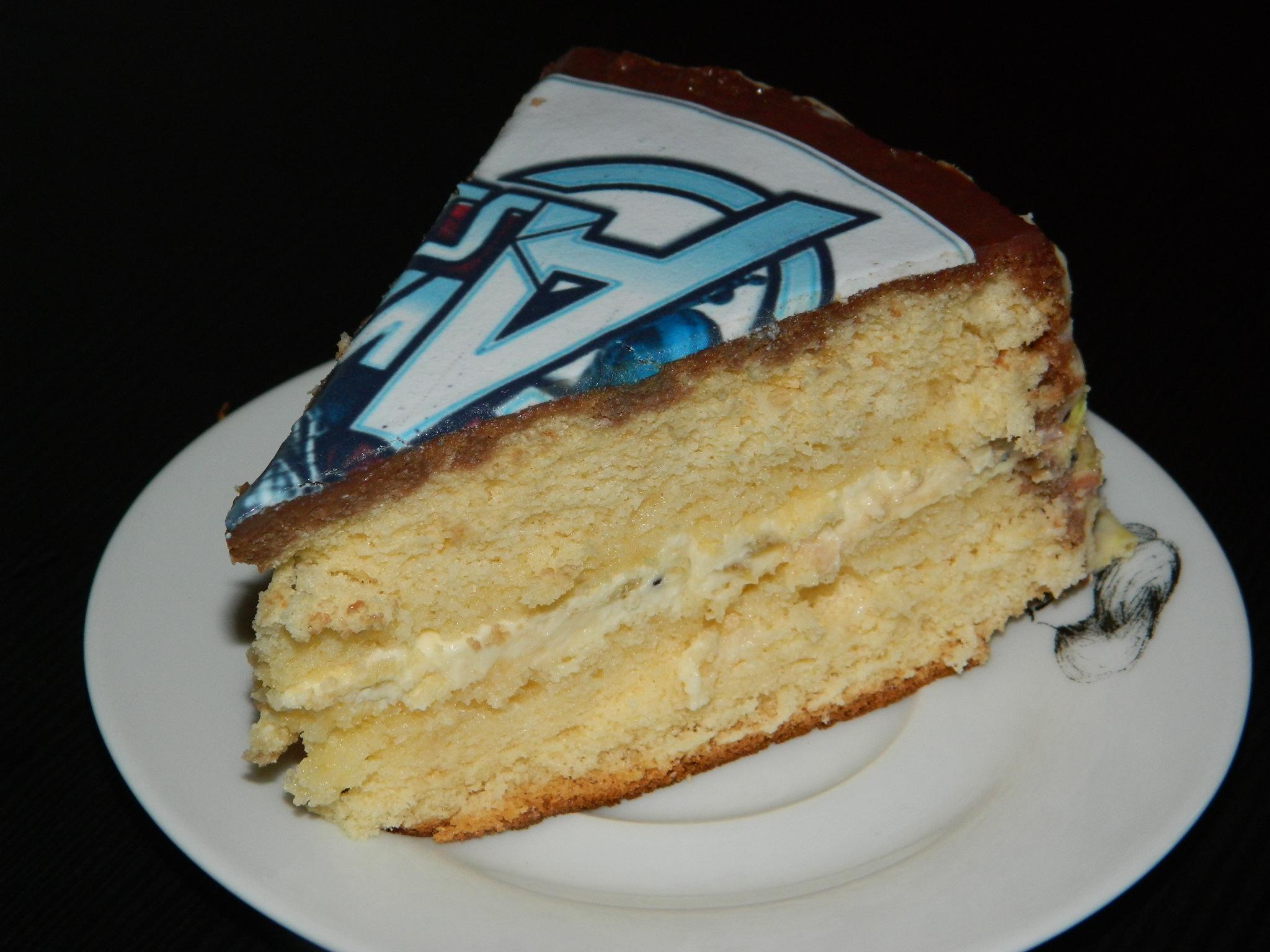 bizcocho de cumpleaños con queso crema, chocolate blanco y kiwi